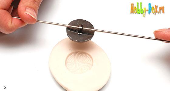 Рисунок 5. Продеваем спицу через ушко пуговицы и вынимаем пуговицу из молд-мэйкера